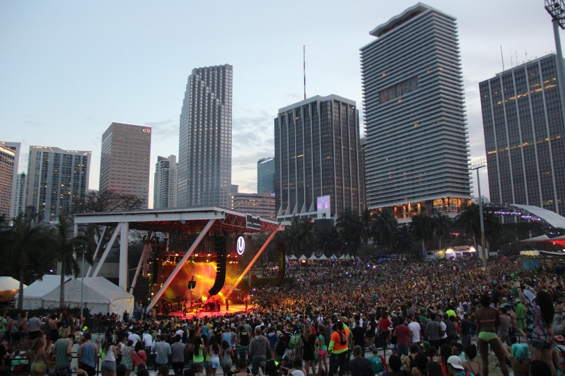 As You Stand At The Back Of Amphitheater Stage Miami S Bayfront Park And Gaze Out Tens Thousands Revelers Soaking In Pure